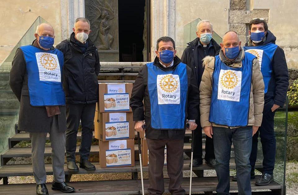 """""""Donare è un dono"""": il Rotary Club di Fiuggi consegna pacchi alimentari alle parrocchie di Castelliri, Isola e Sora"""
