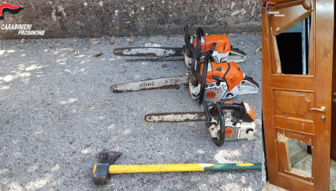 Tre motoseghe e un'ascia per sfondare la porta di casa: 32enne fuori controllo arrestato dai Carabinieri